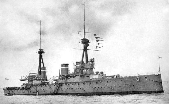 """Chiếc tuần dương hạm chủ lực Invincible của Anh, một trong ba chiếc tầu chiến lớp Invincible, nó có trọng tải 20.750 tấn nạp đầy, tốc độ 25,5 hải lý/ giờ, giáp đai dày 4?""""6 in (102?""""152 mm) giáp boong dày 1.5?""""2.5 in (38?""""64 mm), vũ khí chính gồm 8 súng 12 inch (304.8 mm) 16 súng 4 in (102mm) và 5 ống phóng ngư lôi 18 inch (450-mm)."""