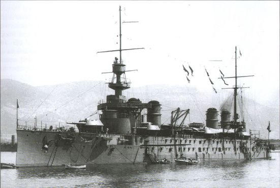 Chiếc tuần dương hạm của Pháp Leon Gambetta, bị đánh chìm ở Địa Trung Hải bởi tầu ngầm Áo với tổn thất cực lớn về nhân mạng, chỉ còn 137 trong tổng số 728 người của thủy thủ đoàn còn sống sót