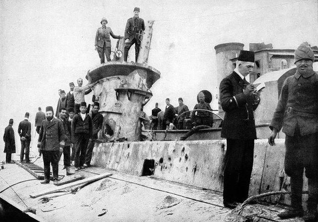 Ảnh chiếc E15 khi trở thành tù binh của người Thổ, chiếc này có tải trọng tối đa 807 tấn và tốc độ tối đa 15,25 hải lý/ giờ khi nổi trên mặt nước, 9,75 hải lý giờ khi lặn sâu