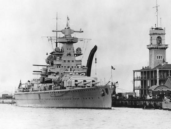 Ảnh chiếc tuần dương hạm hạng nặng Admiral Scheer thuộc lớp Deutschland của Hải quân Đức, chiếc này là một con tầu vi phạm hiệp ước hải quân, nó có trọng tải tối đa 16.200 tấn, tốc độ tối đa 28,5 hải lý/ giờ, giáp đai 80 mm, boong 40 mm, vũ khí chính gồm: 6 súng 280 mm (11 inch), 8 súng 150 mm (5.9 inch), 6 súng 105 mm (4.1 inch) và 8 ống phóng ngư lôi 21 inch.