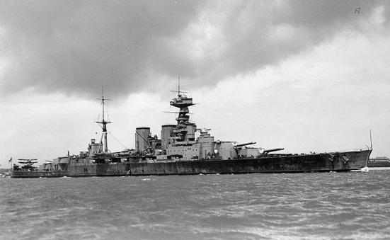 """Chiếc HMS Hood, Tuần dương hạm - thiết giáp hạm lớn nhất từng được chế tạo, lớn hơn bất kỳ thiết giáp hạm nào của Anh cho đến khi có sự phục vụ của chiếc thiết giáp hạm HMS Vanguard vào năm 1946. Nó là chiếc tàu chiến lớn nhất trước khi có sự xuất hiện của chiếc Bismarck, trong chiến đấu chiếc Hood đã bị phá hủy với tất cả những người trên tầu chỉ trừ có ba trong số thủy thủ đoàn được cứu sống trong trận eo biển Đan Mạch. Nó có trọng tải nạp đầy lên đến 47.000 tấn, tốc độ 29 -> 31 hải lý/ giờ, giáp đai từ 12?""""> 6 in (305?""""152 mm), giáp boong từ 0.75?""""3 in (19?""""76 mm) ổ pháo 12?""""> 5 in (305?""""127 mm) tháp pháo 15?""""> 11 in (381?""""279 mm), vũ khí chính gồm 8 súng 15 inch (381 mm), 14 súng 4 inch (102 mm) và 4 ống phóng ngư lôi 21 inch."""