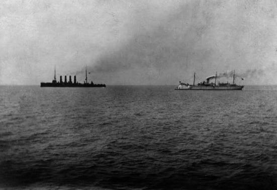 Ảnh hai chiếc tầu chiến của Nga chiếc Varyag và chiếc Korietz tiến vào trận chiến với kẻ thù mạnh hơn gấp bội