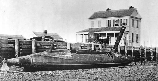 Một tàu phóng ngư lôi lớp David nằm trên bãi biểnsau chiến tranh