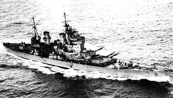 Chiếc Thiết giáp hạm HMS King Geoge của Anh với tháp pháo bốn súng chính