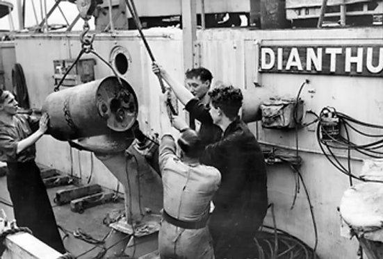 Cảnh chất bom chìm lênmôth tầu khu trục hộ tống - chiếc HMS Dianthus