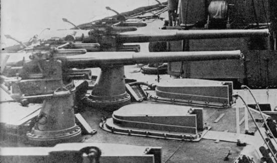 Súng chống tầu phóng ngư lôi cỡ nòng 12-pounder được gắn trên nóc tháp pháo của một chiếc Thiết giáp hạm lớp Dreadnought