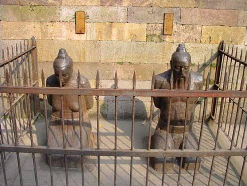 tượng vợ chồng Tần Cối ở Tây Hồ