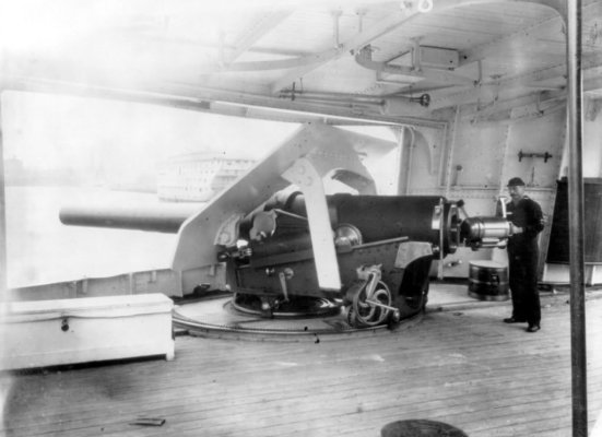 Súng 6 in (khoảng 155 mm) của chiếc USS Atlanta