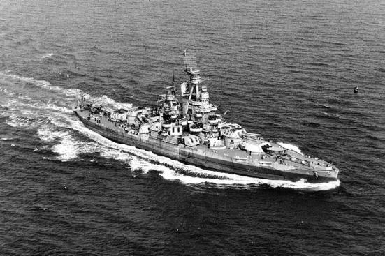 Chiếc Thiết giáp hạm USS Nevada của Hoa kỳ với tháp pháo ba súng chính