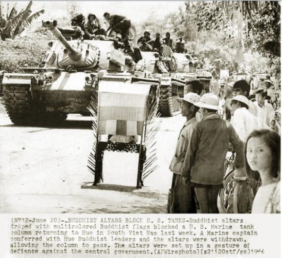 1966, bàn thờ Phật bị mang xuống đường để cản lối di chuyển của quân đội VNCH