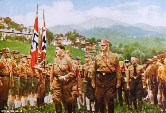 Lãnh tụ Adolf Hitler duyệt Đoàn Thanh Niên Áo Nâu