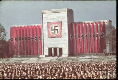 Một buổi mít tinh dưới chế độ Đức Quốc Xã. Những người làm công tác tuyên truyền Đức Quốc Xã giỏi tổ chức các buổi mít tinh với cờ xí rợp trời, nhạc và loa phóng thanh vang dội