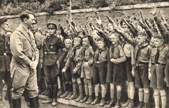 Lãnh tụ Adolf Hitler với đoàn thiếu nhi quàng khăn đen của đảng Đức Quốc Xã