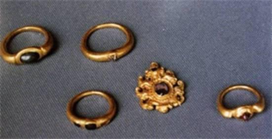 Hình 11 - Nhẫn và trang sức vàng tìm được ở di chỉ Gò Xoài (Đức Hòa, Long An) (9)
