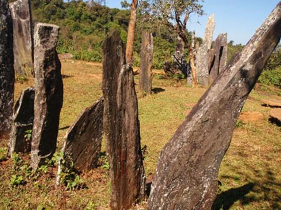 Hình 7 - Cự thạch đứng (menhir) ở Hintang, Lào (ảnh từ http://www.thai-blogs.com/2009/10/29/hintang-a-near-death-experience/)