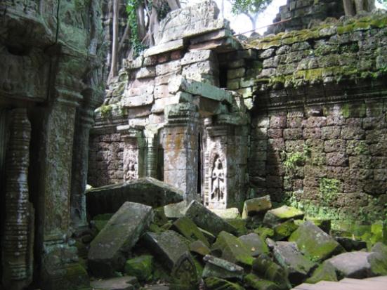 Đền Ta Prohm cũng như nhiều đền khác ở Angkor, dấu tích đổ nát vẫn còn khắp nơi mặc dù trường Viễn Đông Bác Cổ đã nỗ lực trùng tu từ suốt thế kỷ qua. (Hình: Colnav Nguyen)