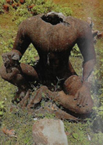 Tượng vua 'Cùi' ở khu Hoàng Cung mặc dù đã được cẩn thận thay thế bằng tượng giả nhưng vẫn bị cắt mất đầu. (Courtesy of Michael Freeman)
