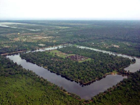 Angkor Wat nhìn từ cao và xa hơn, có thể thấy được hào nước bao bọc chung quanh. (Charles J Sharp)