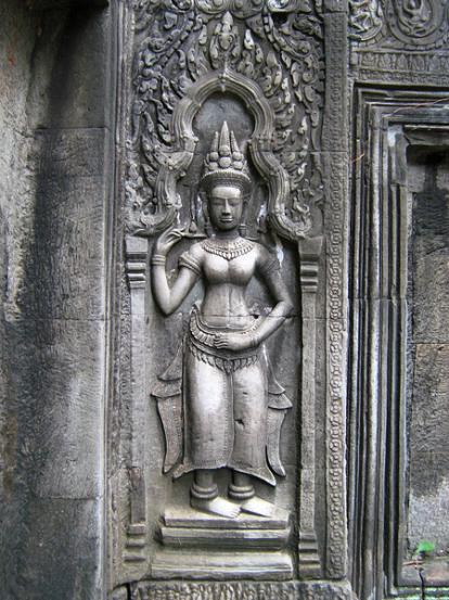 Phù điêu tạc hình nàng apsara tại một hốc tường ở đền Ta Prohm. (Hình: Colnav Nguyen)