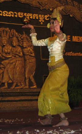 Nàng apsara ngày nay y phục trùm kín từ đầu đến chân, không để ngực trần như thời Angkor. (Hình: Colnav Nguyen)