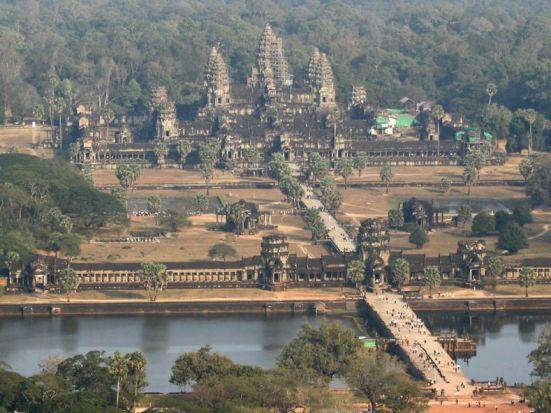 Du khách đến viếng quần thể Angkor lên đến hằng triệu mỗi năm khiến Cam Bốt phải chọn giữa bảo tồn di tích hay thu lợi nhuận từ khách du lịch. (Prim Sanji)