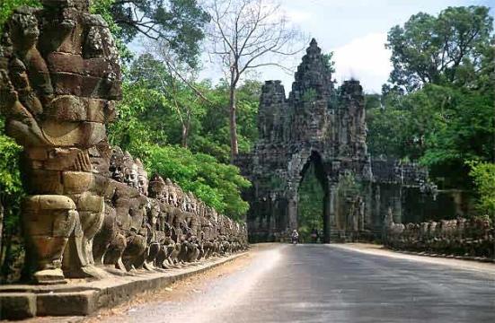 Lối vào cổng Nam thành Angkor Thom, cầu đá dẫn vào cổng phía trước với tượng các thần và quỉ vương đang lôi kéo thần rắn Naga. (Wikipedia)