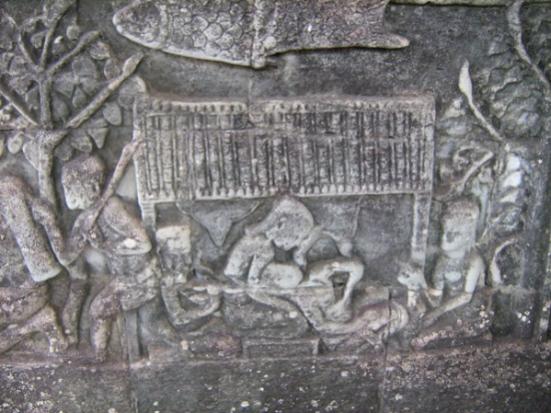 Một trong mười một ngàn bức phù điêu chạm khắc trên tường đá chạy dài 1200 mét, miêu tả cảnh một sản phụ đang được giúp đỡ khi lâm bồn. (Hình: Colnav Nguyen)