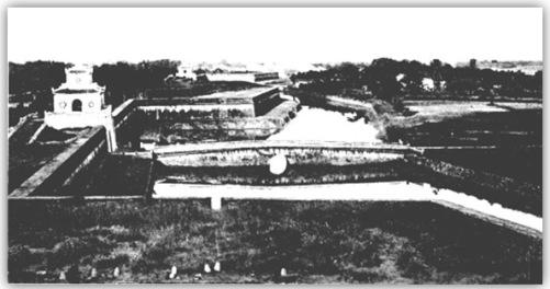 Thành Huế nhìn từ cao. 10 cửa của Kinh Thành thông với ngoại thành, trên có vọng lâu, cao tổng cộng 16 m, bên ngoài có hào nước rộng khoảng 22m, sâu 4m. Ngoài ra, giữa hào với thành có chứa thêm lối đi rộng 10m. (Hình: BAVH)