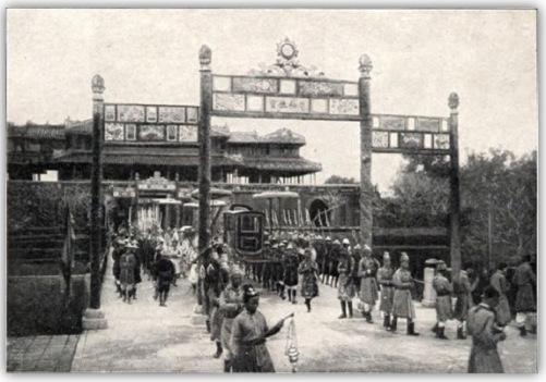 Xa giá của vua tiến vào Đại Nội qua cửa Ngọ Môn, trở về sau lễ tế Nam Giao. (Hình: Triệu Phong sưu tầm)