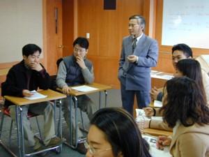 Tác giả cùng sinh viên HUFS tại Seoul năm 2001