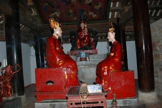 """Ảnh 3: Ban thờ """"Đô đốc Đặ:g Tiến Đông""""tại chùa Trăm Gian.[Đô đốc Đặng Tiến Đông (bên trái)Hà Quận công Đặng Thế Vinh (bên phải)Quan Âm tống tử (giữa)]"""
