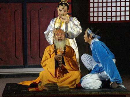 Bộ phim Về đất Thăng Long tái hiện hình ảnh vua Lý Long Đĩnh độc áo, tàn bạo, bênh hoạn, thích giết người, nhìn thấy máu chảy