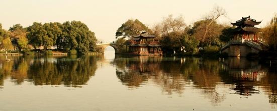 Pagoda_on_Lake_(2514).jpg